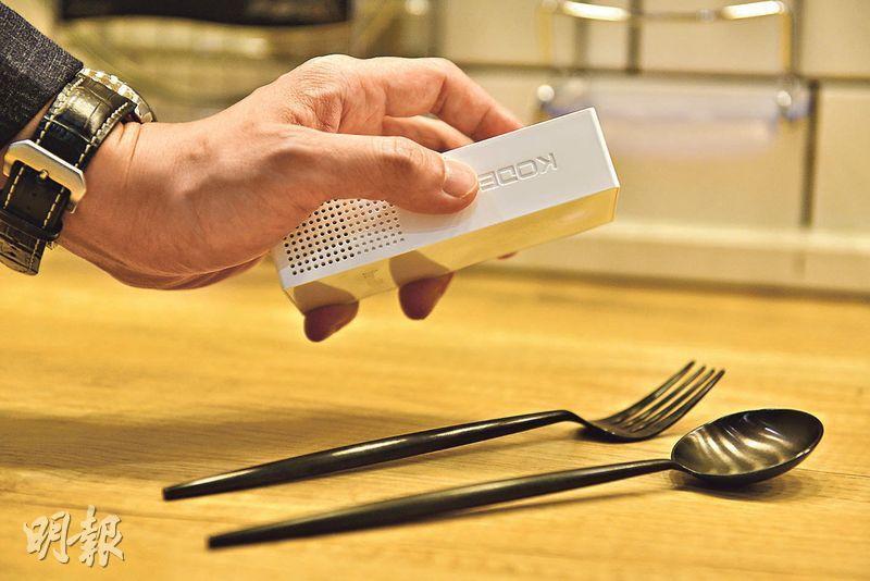 滅菌寶S2(SteriliBOT S2)體積不大,方便用戶隨身攜帶,當他們光顧食肆時,可以使用產品紫外光消毒功能來消毒餐具,安心進餐。