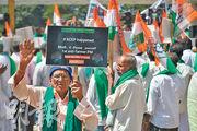 因擔心損害本國產業,印度去年決定退出RCEP。而此次15國簽署的協定特別為印度保留了回心轉意的空間。圖為2019年11月,印度民眾手持標語反對RCEP。(法新社)