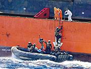 隸屬於上海振華重工集團下屬船運公司的貨船「振華7號」,上周五(13日)晚間在西非幾內亞灣遭海盜襲擊,14名船員遭綁架。圖為11月14日,振華7號船員在接應前來支援的意大利海軍陸戰隊上船作安全檢查。(網上圖片)
