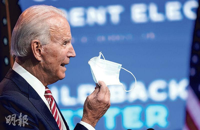 拜登周一在特拉華州發表關於經濟的講話,其間單手拿着一個口罩。(路透社)