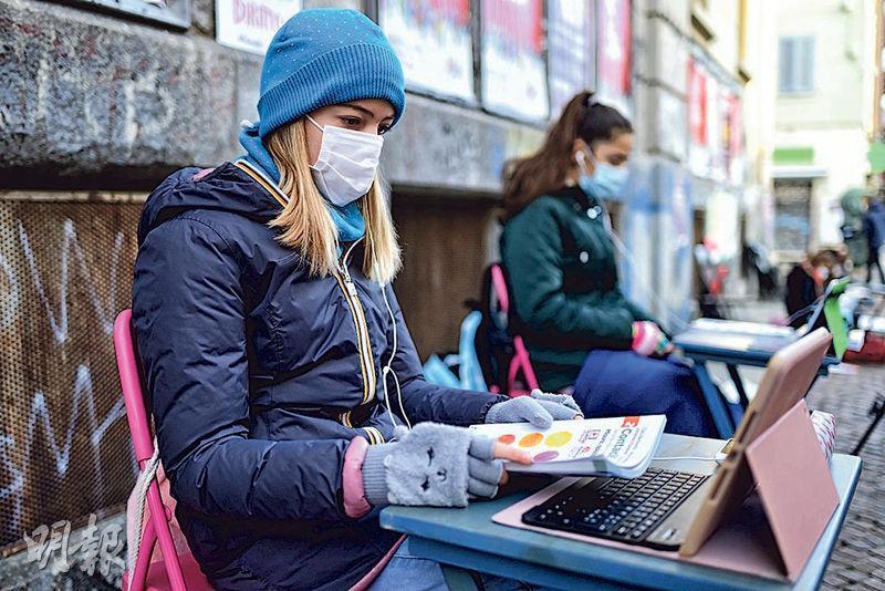 意大利為控制疫情,下令暫時關閉重災區的學校、餐廳等場所,引發部分民意反彈。圖為都靈一所學校外昨有學生抗議封校。(法新社)
