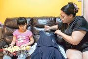 大埔區議會主席關永業的幼女(左)讀小一,下周停課,幸關太(右)為全職主婦,可照顧3名子女。(馮凱鍵攝)