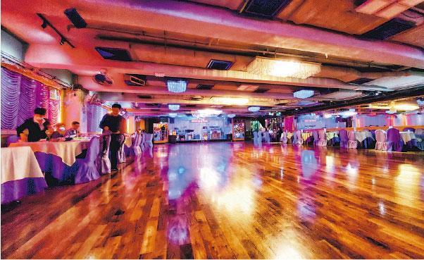 「百樂會懷舊歌舞」有近千平方呎舞池,雖然以會所牌經營,但有曾到場娛樂的人稱,任何人均可訂位,入場可食飯跳舞,現場還有Live Band表演,每枱設最低飲食消費,以本月初一枱6人計,晚巿每枱最低消費1600元。