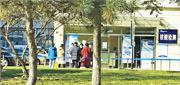 事發後天津市泰達醫院已被封閉管理,所有病人實行單間治療,工作人員亦需進行隔離。圖為醫院核酸檢測點外,多名滯留醫院人士在等待進行核酸檢測。(網上圖片)