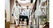 俄羅斯研製對抗新型冠狀病毒的疫苗樣本周四運抵匈牙利布達佩斯,當地醫務人員隨即將樣本運往官方實驗所進行測試;那些測試結果將決定該國會否採購俄國疫苗。(法新社)