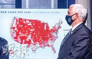 美國白宮周四由副總統彭斯主持的新冠病毒工作小組簡布會上,擺放了展示11月7日至11月13日間,新型冠狀病毒蔓延情况的美國地圖。中西部的紅色尤為集密深紅,反映新增病例比率特別高。(路透社)