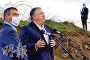 美國國務卿蓬佩奧(右)周四到訪以色列佔領的戈蘭高地,並在以國外長阿什克納齊(左)陪同下發表演說。(法新社)