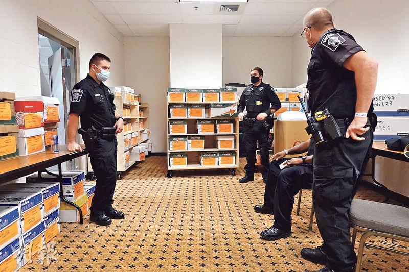 威斯康星州密爾沃基縣周五(20日)展開重點選票的前一天,警方派員守衛存放於威斯康星中心的選票。特朗普陣營要求重點該州兩縣選票,希望扭轉結果。(法新社)