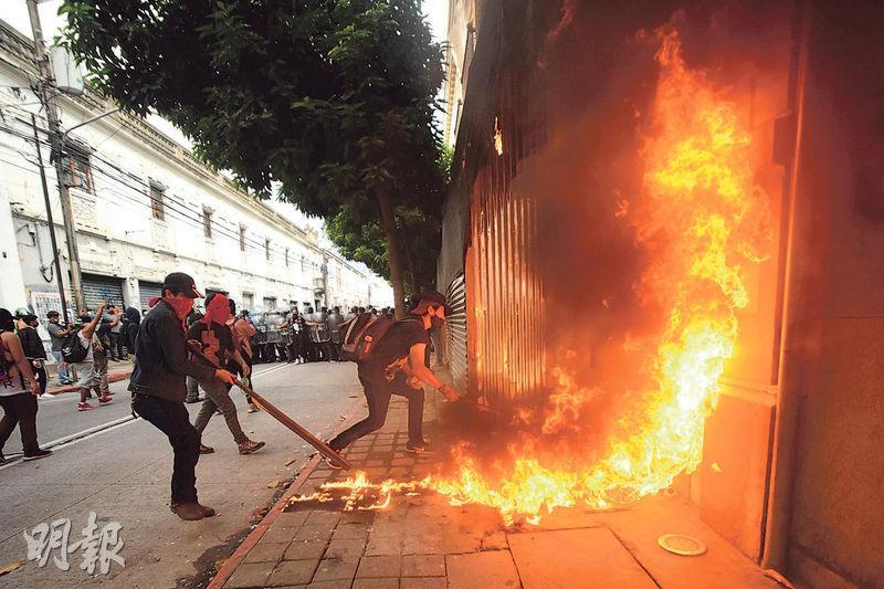 危地馬拉首都危地馬拉城上周六有民眾示威,要求總統賈馬太下台,其間有示威者在國會大樓外縱火。(法新社)