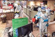 city'super沙田新城市廣場店有員工周一初步確診感染新冠病毒,該店昨起暫停營業,昨有身穿防護衣的人員在店內清潔。(劉焌陶攝)