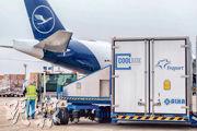 德國法蘭克福機場營運商Fraport,上周三排練把存放新型冠狀病毒疫苗的特別冷凍貨櫃,送上一架漢莎航空公司的貨運飛機。一旦疫苗獲批採用,該機場將肩負把它們送往世界各地的重任。(法新社)