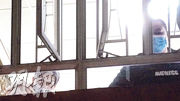 本報記者昨日所見,百樂護老院2樓仍有院友沒有戴好口罩。(楊柏賢攝)
