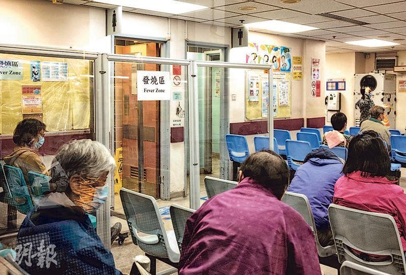 一名69歲男子前日到大埔那打素醫院急症室求診,在發燒區(圖)等候5小時期間聞過高濃度氧氣,其後初步確診。發燒區用膠板分隔其他病人的等候區。(林靄怡攝)