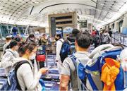 周日下午由加拿大抵港的何太稱,當時逾百人在機場等候領取強制檢疫令,有家長(灰衫男子)揹着幼子企足兩個多小時,她在等候期間更看見有女士暈倒。(受訪者提供)