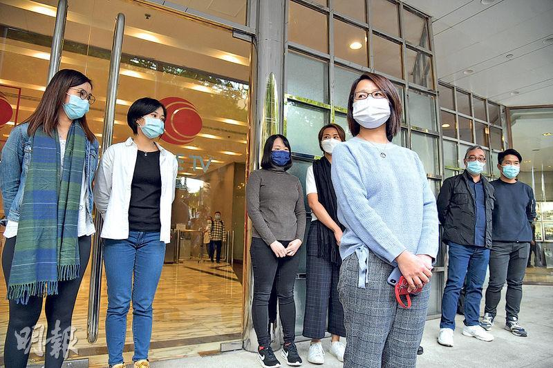 有線中國組全體成員昨午一同步出有線電視大樓,包括主管司徒元(右二)。被解僱的黃麗萍(前排)透露,中國組同事早有共識,一旦有同事被解僱,就會全組總辭。(黃志東攝)