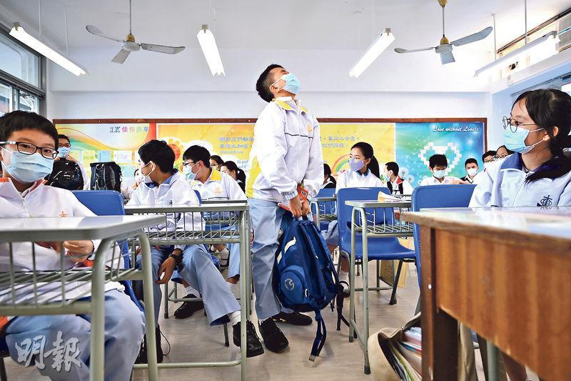 港澳信義會慕德中學明起轉為網上教學,校長陳漢明說會沿用現有時間表上課,學生在家仍可上體育、藝術等術課。圖為該校學生昨日放學情况。(賴俊傑攝)