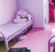 陳女士(化名)感染了新冠病毒,其七旬雙親及10歲兒子被安排到竹篙灣檢疫中心隔離。前晚天氣寒冷,其母與兒子同睡一房,但僅獲發一張薄被,難以禦寒。(受訪者提供)