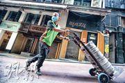 疫情下酒吧業蕭條,香港酒吧業協會副主席錢雋永統計,最近3個月約120間酒吧結業,佔業界一成,即約1800名員工失業。(李紹昌攝)