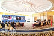 國家副主席王岐山(屏幕左二)昨在北京以視像方式會見清華大學經濟管理學院顧問委員會海外委員和中方企業家委員。(新華社)