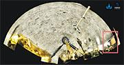 嫦娥五號上升器起飛前,在月球表面展示了由特殊國產材料織造的五星紅旗(紅框示)。國家航天局發布經科研團隊的數據接收和處理,嫦五展示紅旗的全景圖片。(中新社)