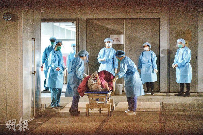 亞博館社區檢疫設施3名工作人員染疫,包括一宗確診及兩宗初步確診,牽涉5號及7號展館,兩個展館約百人正在檢疫,昨日須撤離至3號館。(林靄怡攝)