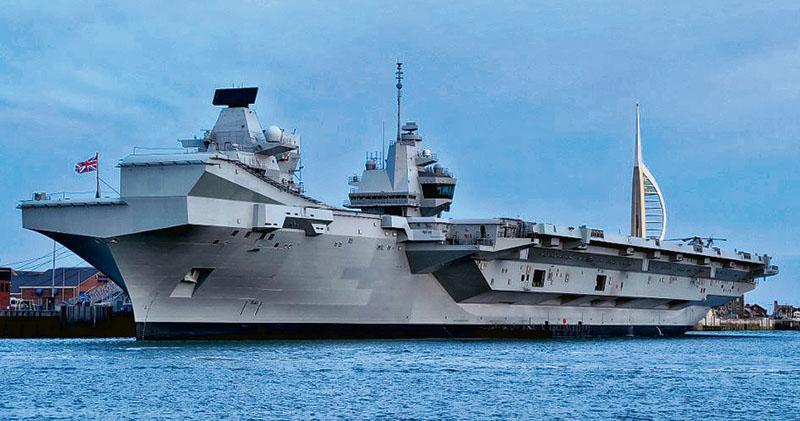 日媒指英國計劃長期派遣航母「伊利沙伯女王」號戰鬥群,部署在沖繩縣等西南諸島周邊的西太平洋。圖為航母「伊利沙伯女王」號去年6月5日參與諾曼第登陸75周年活動後,停泊在索倫特。(法新社)