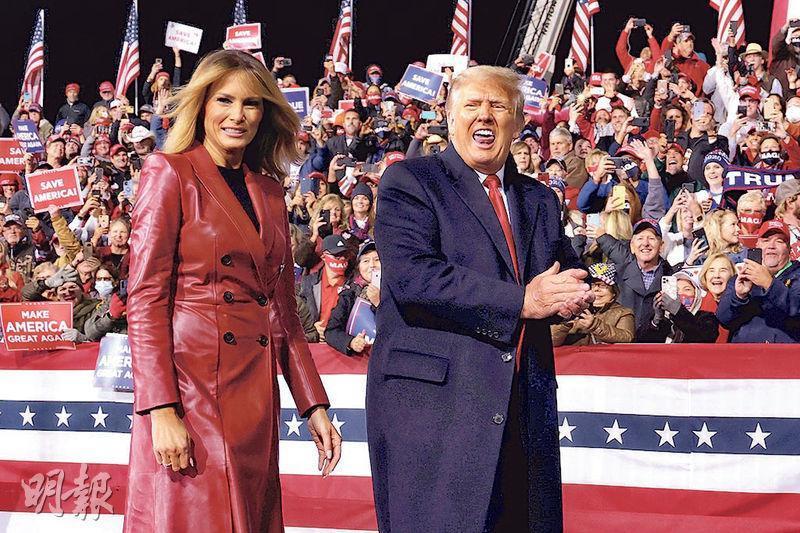 美國總統特朗普(右)與妻子梅拉尼婭前日到喬治亞州的城市瓦爾多斯塔(Valdosta)出席競選活動,為兩名共和黨參議院候選人拉票。(路透社)