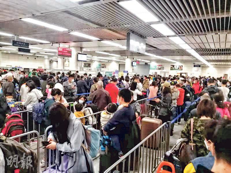 香港疫情惡化,大批港人返內地避疫,導致關口大排長龍,昨日過關至少要兩個多小時。(明報記者攝)