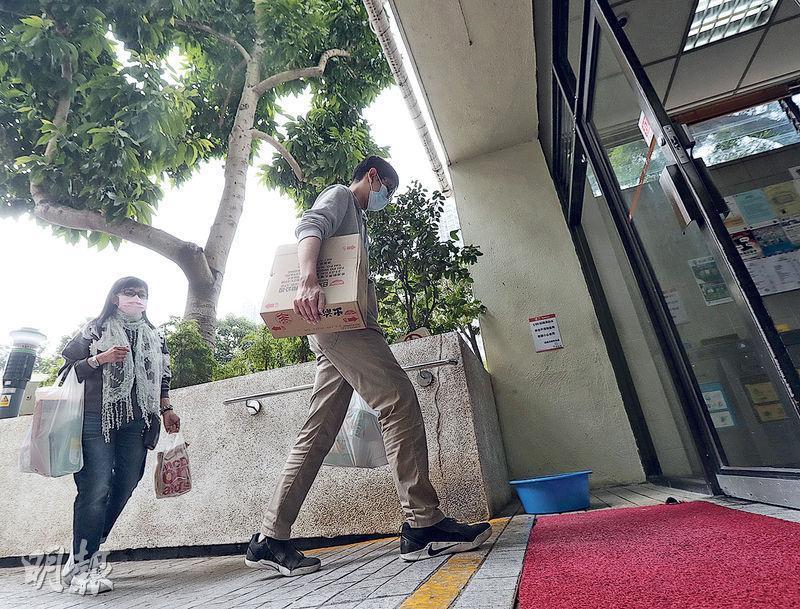 麗晶6座居民黃先生(右)花費約500元購買一箱即食麵、一袋杯麵等物品,他估計能食用一個月。(李紹昌攝)