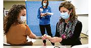 美國印第安納州有醫護人員上周五練習如何注射輝瑞疫苗,為稍後幫民眾注射疫苗作準備。(路透社)