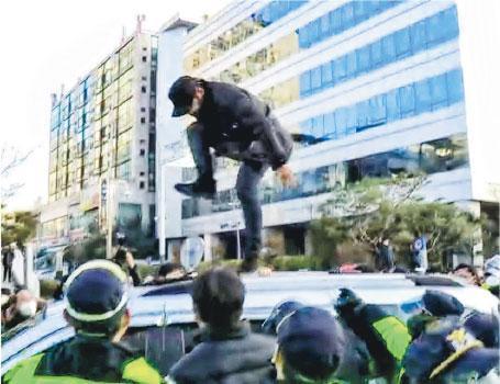 示威者衝上接載趙斗淳的政府車輛車頂踩踏。該車沿途多次遇到示威者踢打撞擊,車身多處現凹痕,車窗龜裂。(網上圖片)