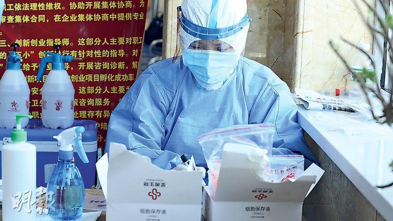 內地前日確診5宗本土病例,其中3宗發生在黑龍江省綏芬河市。圖為12月12日,綏芬河市一名醫務工作者在對新冠疫情作溯源調查。(新華社)