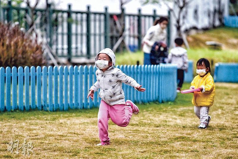 未來一周天氣轉冷,今明兩日料驟降至最低13度,昨日有小孩不怕寒風外出遊玩。有專家提醒,病毒在天冷下生存時間更長,更易傳播,市民要做足防疫措施。(賴俊傑攝)