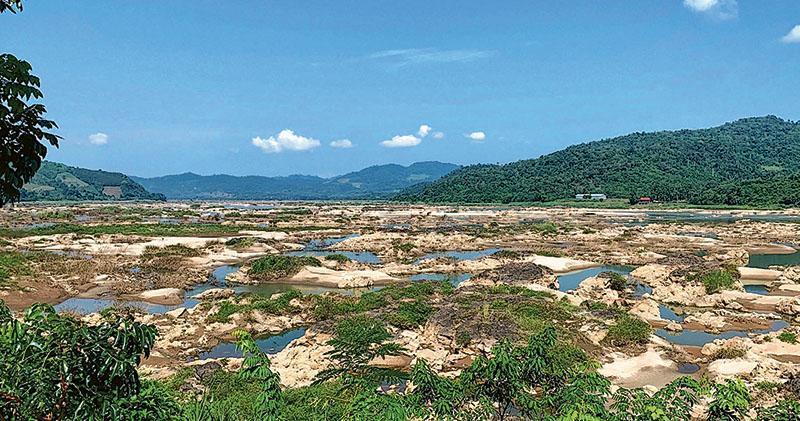 湄公河的水源分配問題,近年來成為流域各國的爭議焦點。圖為2019年8月,湄公河位於泰國東北部廊開府的河段,因乾旱而露出了河牀。(路透社)