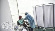 中國研製的新冠疫苗近來受到多個發展中國家歡迎。圖為在秘魯,一名工作者在為志願者注射中國國藥研製的新冠疫苗,該國上周六已中止三期臨牀試驗。(法新社)