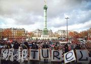 法國巴黎巴士底廣場周二有藝術家組成的示威者抗議,不滿政府為應對新冠疫情再爆發,決定關閉劇院、電影院、音樂廳和博物館直至另行通知。(路透社)