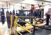 第四波疫情難遏,政府規定體育處所須關閉,但警方昨在青衣區內進行代號「犁庭掃穴」行動,突擊巡查期間發現有泰拳中心疑違規營業,拘捕一名58歲本地男子,並向4名男女發告票。