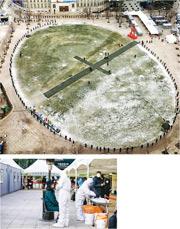 在韓國新冠疫情重災區首爾市,市民昨在市政府廣場圍圈排隊輪候接受病毒檢測。該市病牀不敷需求,有數百人確診後排隊等入院,過去一周已有4人未及送院就身亡。(網上圖片/路透社)
