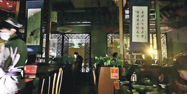 廣州多區昨凌晨無預警停電近2小時,引來民眾「限電」猜疑。廣州市供電局回應稱,是設備故障導致停電,並稱不會拉閘限電。圖為昨凌晨停電後,廣州一間餐館只能以應急電源照明。(網上圖片)