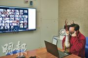 保良局黃永樹小學校長陳瑞良於直播期間手抱馴鹿玩偶,他解釋,學校本來訂了兩隻,豈料疫情來襲,學生已毋須回校,未知他們何時才可親身見到,便希望今次於鏡頭前「露露面」。(林靄怡攝)