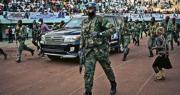 中非共和國近期發生多地武裝勢力與政府軍駁火事件,當地的中國企業近日遭到搶劫,數百名中國公民緊急撤離。圖為12月19日,在總統衛隊、俄羅斯雇傭軍和盧旺達聯合國維和部隊護送下,中非總統的車隊到達首都班吉的一處體育場參加選舉集會。(法新社)