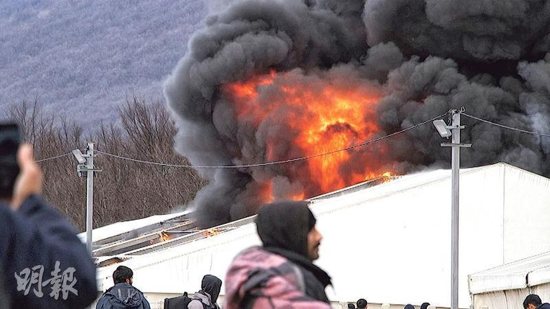 位於波斯尼亞和黑塞哥維那比哈奇的利帕(Lipa)難民營周三起火,濃煙滾滾。(路透社)