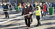 大連爆疫後,國家衛健委派出工作組趕赴當地指導疫情防控,大連瓦房店市昨日(25日)展開全民核酸檢測,民眾排長龍等候檢測(圖)。(網上圖片)