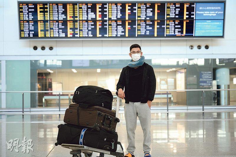 27歲的葉先生(Eric)在小時候曾乘坐私人小型飛機,至兩三年前立志當飛機師,原定今年4月赴南非讀書,結果因南非封關半年而走不成,疫情下家人也勸他放棄,但他堅持理想,昨日起行到南非追夢。(蘇智鑫攝)