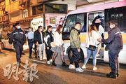警方前晚在觀塘成業街15至17號兩單位,搗破一間懷疑無牌酒吧及一間正在營運的派對房間,拘捕多人。(蔡方山攝)