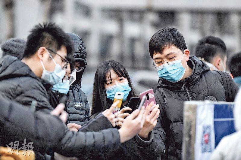 2021年全國碩士研究生招生考試昨開考。圖為北京考生進考場前掃描健康寶二維碼。(中新社)