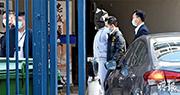 偷越邊境遭廣東海警拘捕的兩名未成年者廖子文及黃臨福不被內地起訴,其中一人(穿運動套裝)前日被黑布蒙頭帶到天水圍警署。(資料圖片)