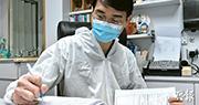 家庭醫生林永和背後的傳真機,在疫情下接收了逾1萬份來自衛生署的新型冠狀病毒檢測報告,他認為過程費時失事,已向衛生署反映不理想,現時強制檢測已分別透過短訊通知病人及醫生,盼未來其餘定點監測的檢驗及法定呈報可電子化。(朱安妮攝)