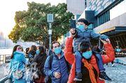 香港市民抗疫一年,不少人趁新年假期,一家大細戴着口罩外出聚會。衛生防護中心傳染病處主任張竹君說市民享受假期是正常,但呼籲減少多人聚會。(林靄怡攝)