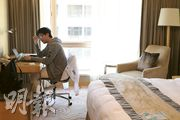 過去半年已10次staycation的常客余先生(Pedro)昨日入住帝苑酒店,他說在酒店房間沒有特別事做,通常會上網、看電視打發時間,或到酒店的健身室及泳池,可惜該些設施現時因疫情關閉。(曾憲宗攝)